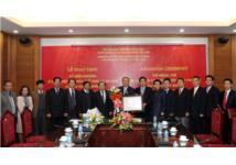 Trao kỷ niệm chương cho Chủ tịch tập đoàn Charmvit Hàn Quốc